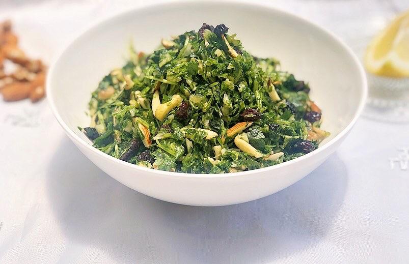 סלט ירוקים בריא עם שקדים, אגוזים וחמוציות